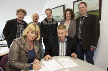 ondertekening op het gemeentehuis in Leens