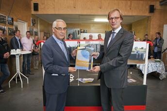 zoutkamp gedeputeerde Mark Boumans verricht openingshandeling gerenoveerde monumentale Reitdiepsluis