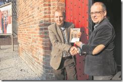 aduard overhandiging eerste boekje aan de wethouder nederveen