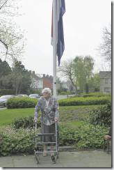 Mevr Rozema bij de vlag