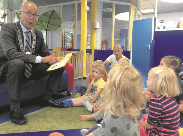 Buitenpost - burgemeester leest voor