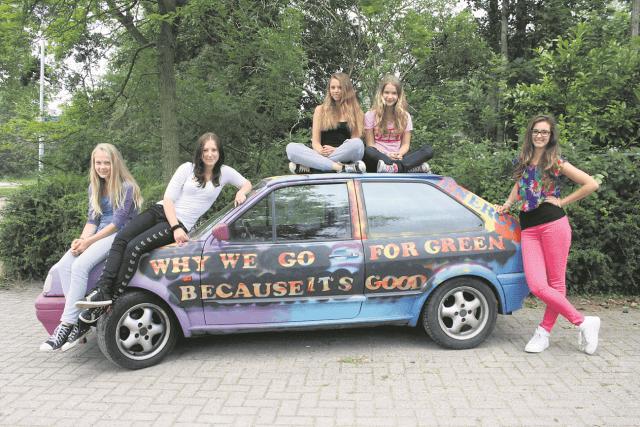 Meisjes op auto
