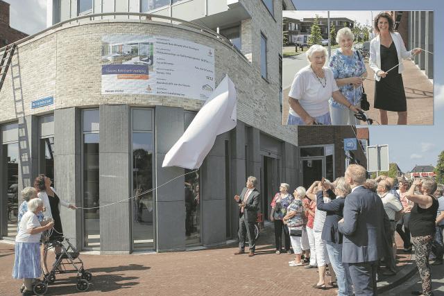 ZUIDHORN / 16-7-2014 / Onthulling bouwbord nieuwe pand Rabobank, vrij van rechten te gebruiken bij publicatie persbericht Rabobank Noordenveld West Groningen / Foto: Omke Oudeman