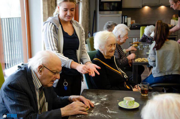 Ongenode Gast: Ouderen en kinderen bakken koekjes