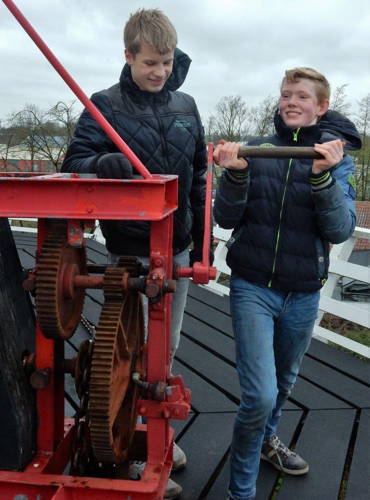 Onstuimige poetsdag op Molen Fortuna in Noordhorn