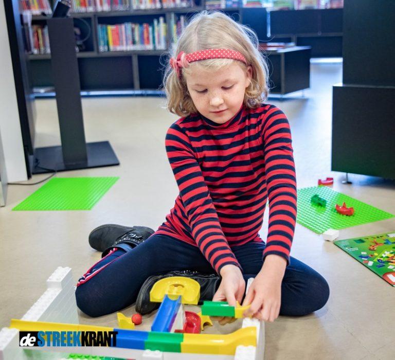 Kinderen vermaken zich met bouwstenen in bibliotheken Westerkwartier