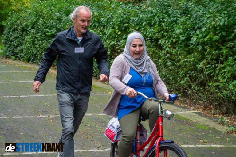 Fietsles voor vluchtelingen in Zuidhorn groot succes