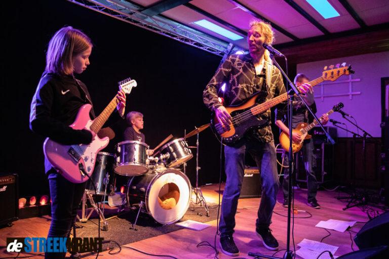 Jonge muzikanten vertonen hun kunsten tijdens Wisselband Live in de Halte te Niekerk