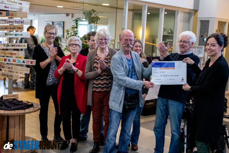 Stichting Vrienden van het Zonnehuis ontvangt cheque van Rabobank